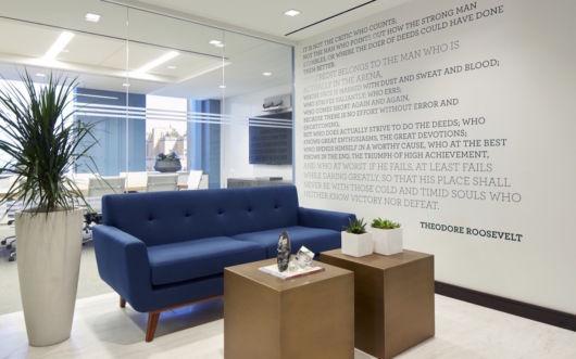 Decoração com sofá para escritório