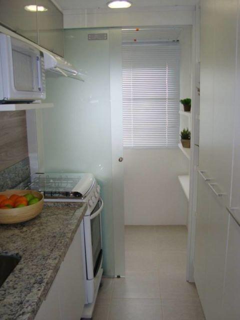 cozinha pequena com porta de vidro
