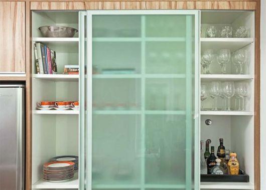 armários de cozinha com portas de vidro