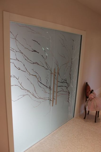 porta de vidro com desenho