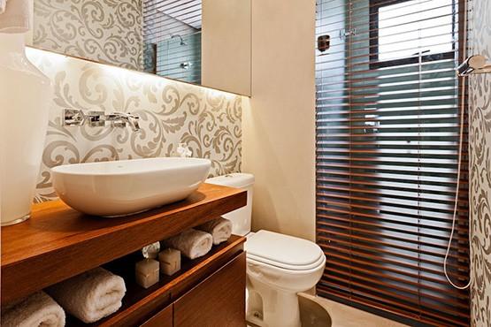 banheiro pequeno com cores claras