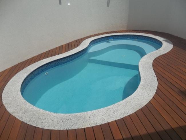 piscina com borda de granito branco
