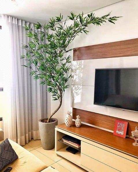 sala decorada com planta artificial