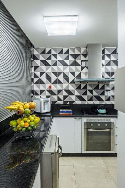 cozinha com cerâmica estampada na parede