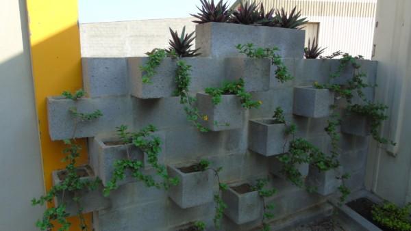 muro de blocos com flores