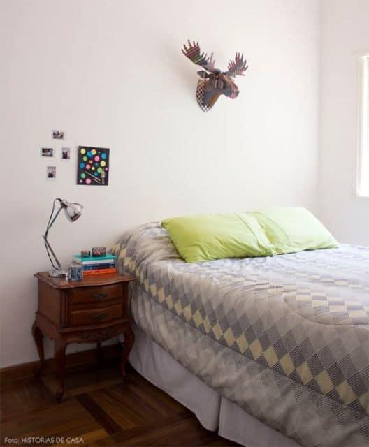 quarto com criado mudo de madeira