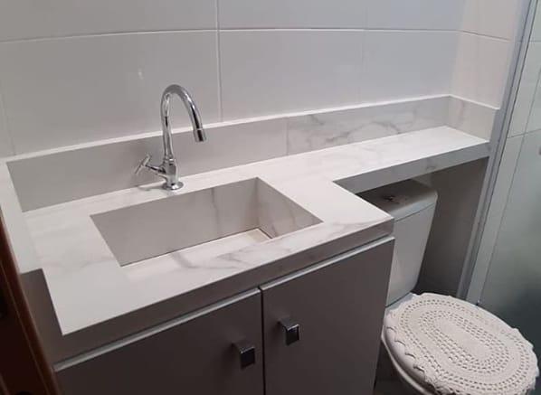 banheiro com pia branca