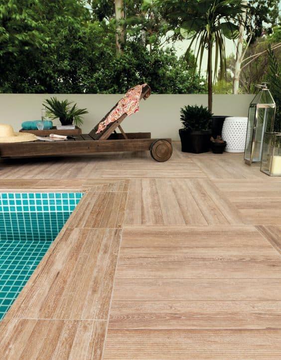 piscina com deck de porcelanato que imita madeira