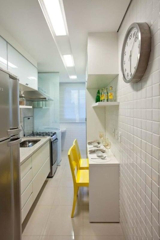 cozinha pequena com paredes brancas