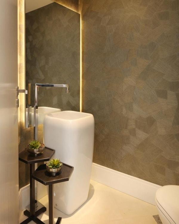 banheiro com parede que imita pedra