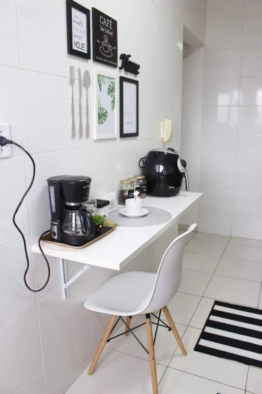 cozinha com revestimento branco nas paredes
