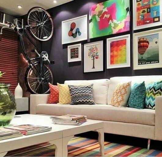 sala colorida com parede de quadros