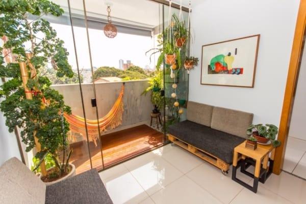 sala simples com plantas