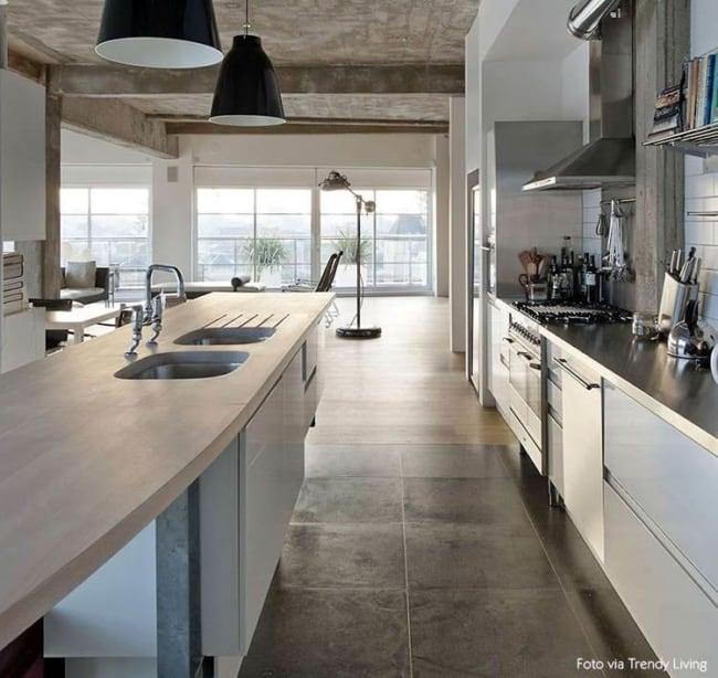 cozinha com piso que imita cimento queimado