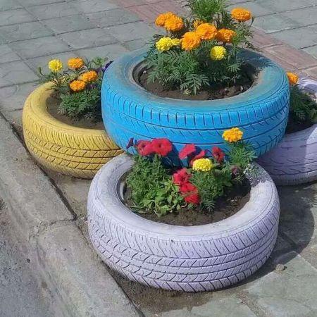 canteiro de flores com pneu