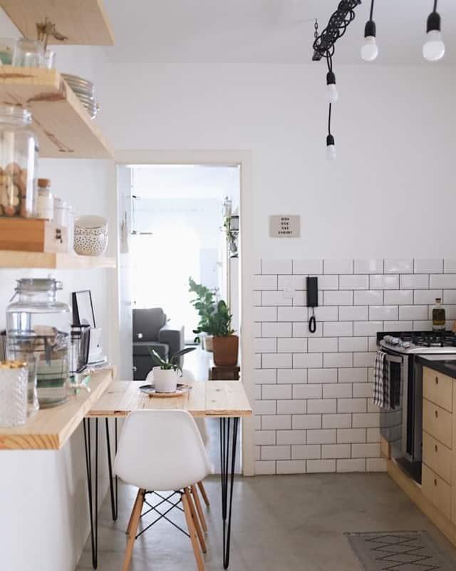 cozinha com azulejo metrô e rejunte preto