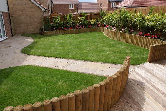gramado com cerca de madeira