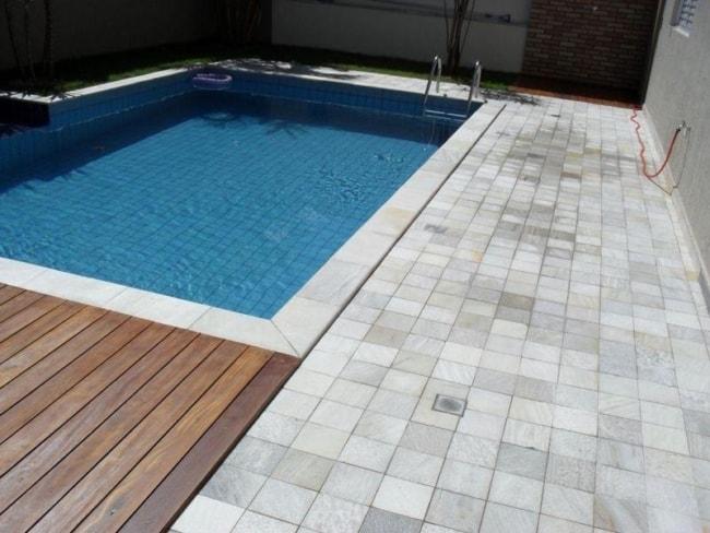 piscina com borda de pedra