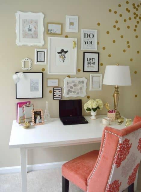home office decorado com quadros