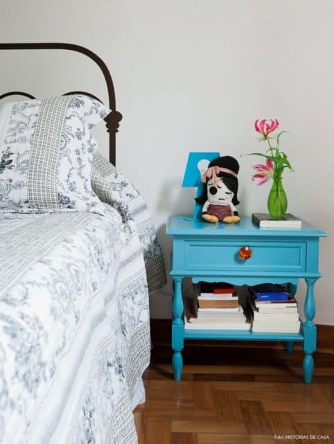 decoração com criado mudo azul