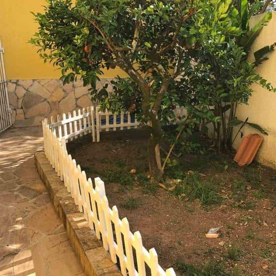 jardim com cerca branca