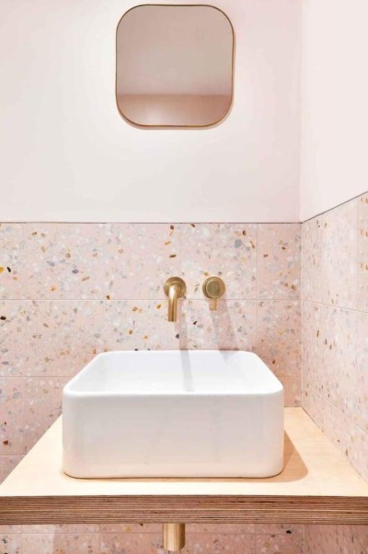 banheiro com parede rosa