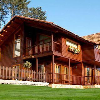 casa de madeira com cerca