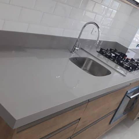 cozinha pequena com bancada cinza
