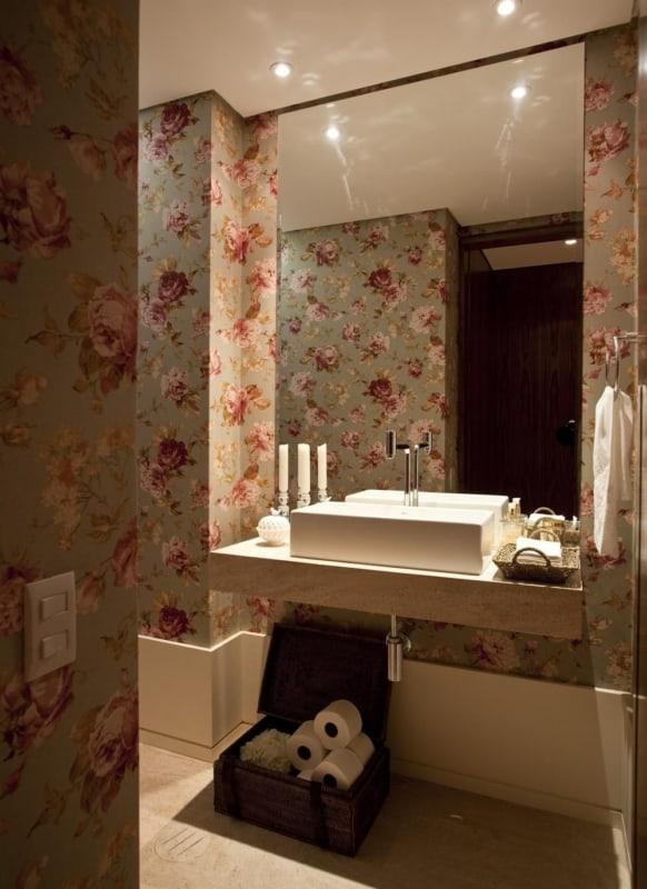 banheiro com paredes de estampa floral
