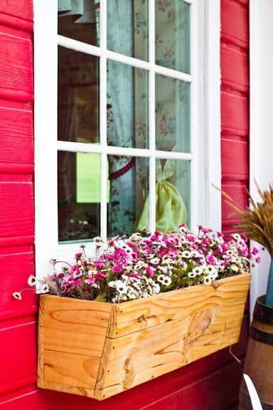 jardineira de madeira na janela