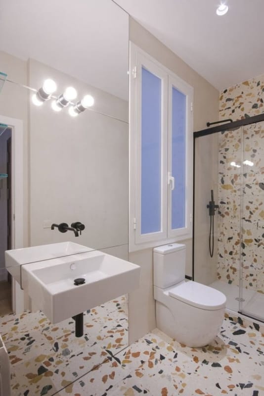 banheiro moderno com parede de marmorite