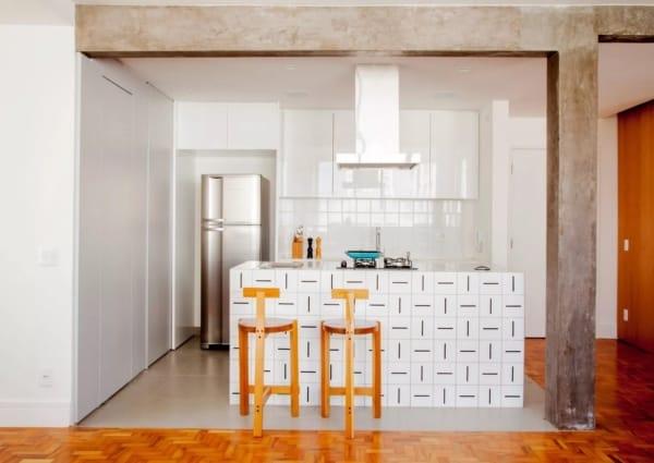 cozinha com ilha com revestimento cerâmico