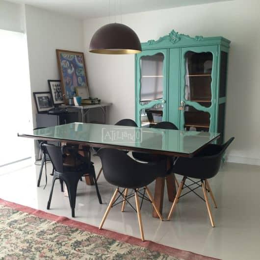 sala de jantar moderna com cristaleira colorida