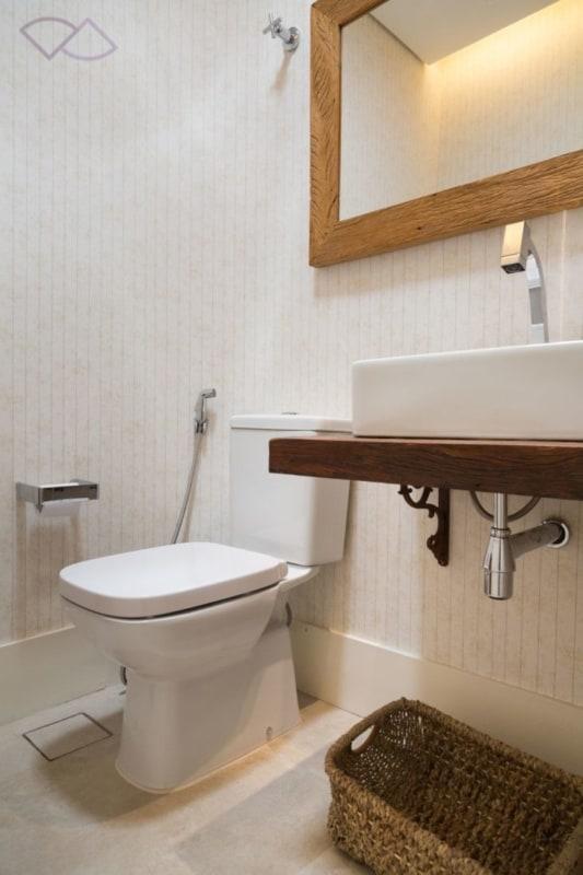 papel de parede listrado para banheiro