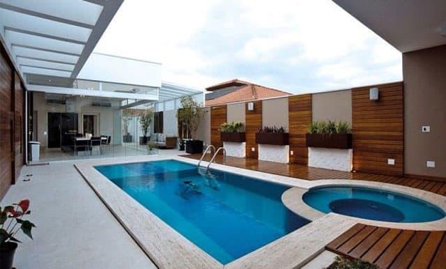 piscina com borda de mármore travertino