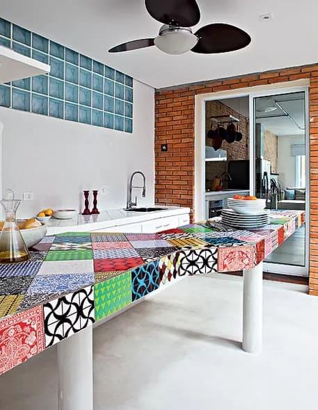 bancada de azulejos coloridos