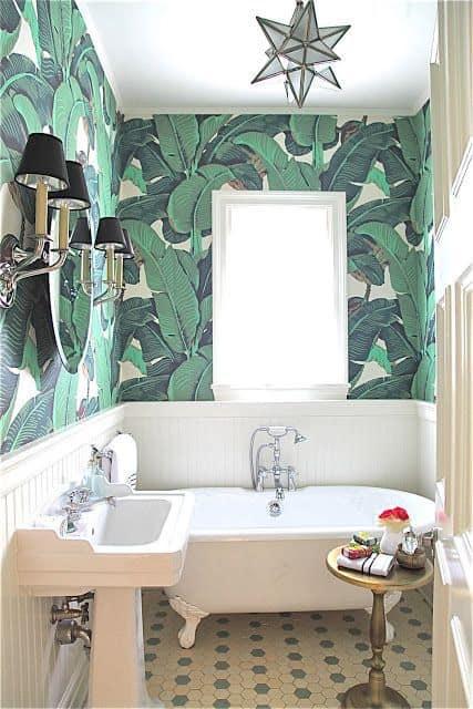 banheiro com decoração tropical