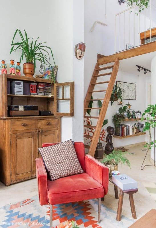 sala decorada com móveis antigos