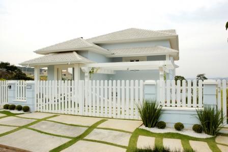casa com cerca de madeira branca