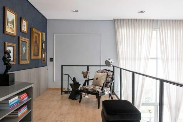 parede de quadros com moduras douradas