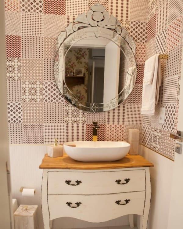 banheiro com bancada de cômoda