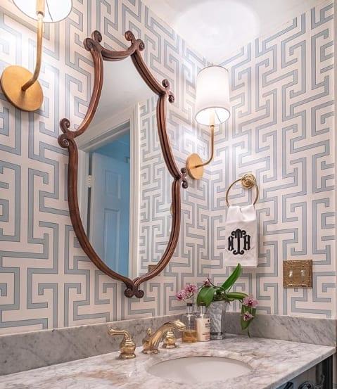 banheiro com espelho com moldura de madeira