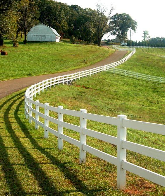 fazenda com cerca branca