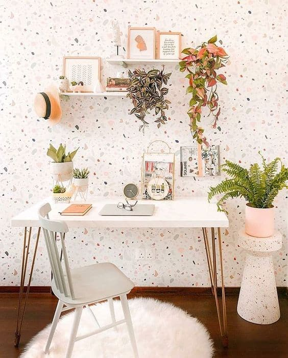 home office com parede decorada