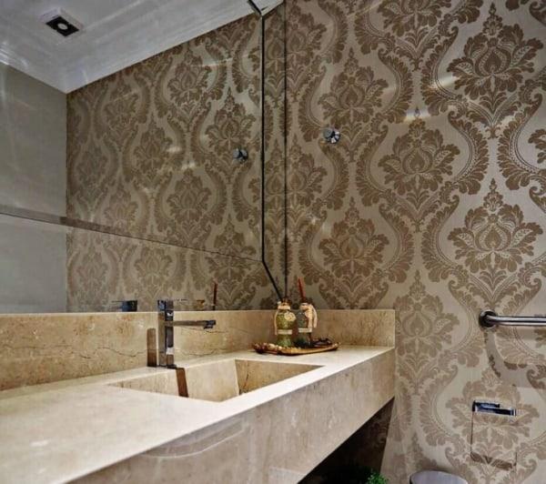 banheiro moderno com papel de parede dourado