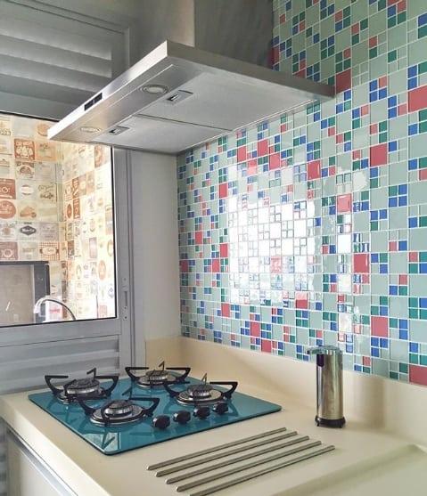 cozinha com cooktop azul e coifa