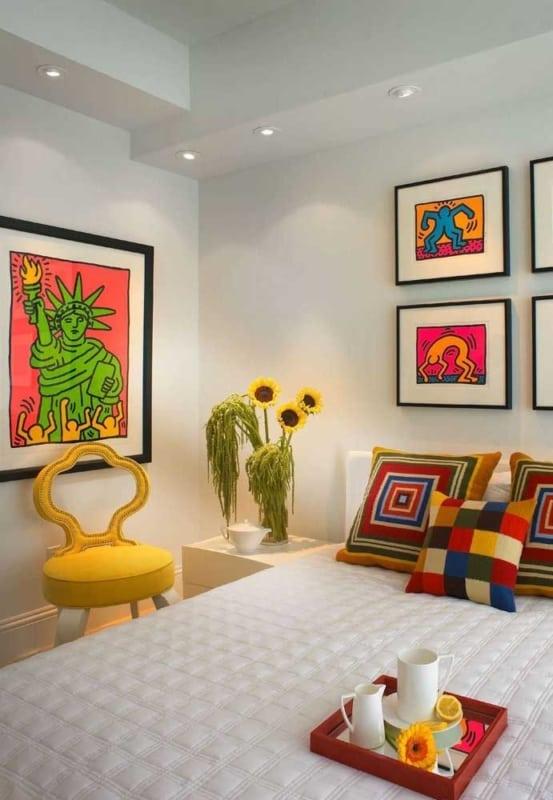 quarto decorado com quadros coloridos
