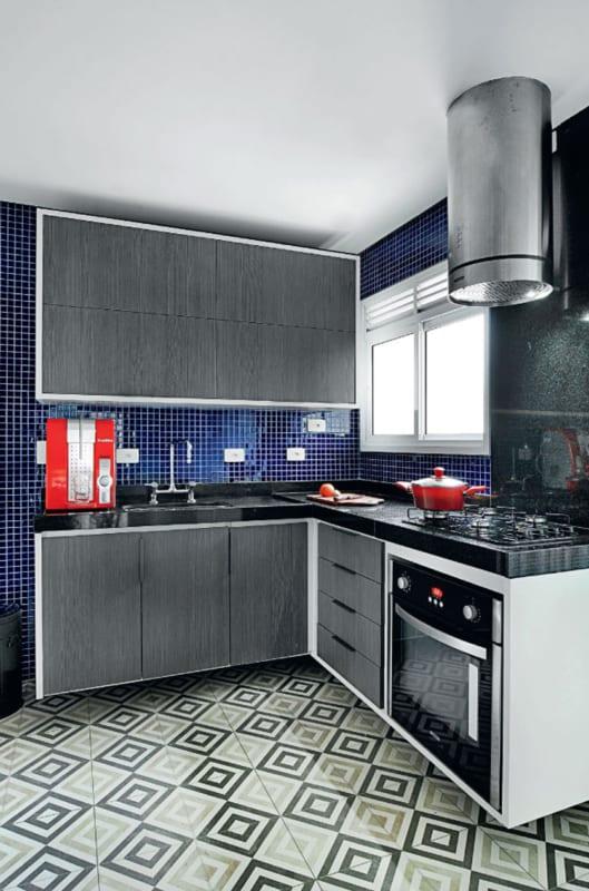 cozinha com piso geométrico