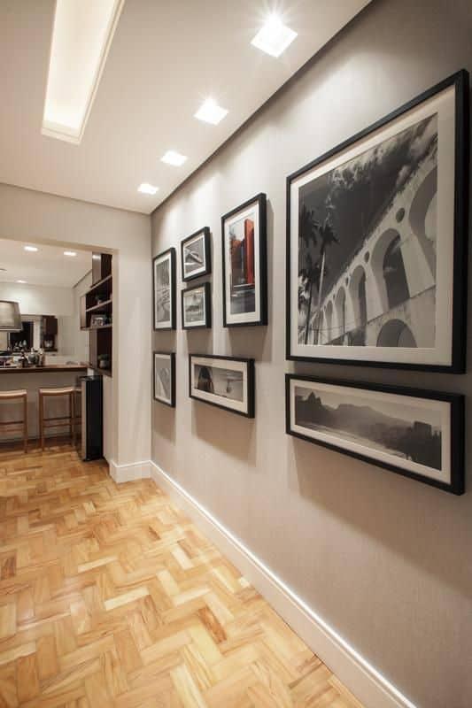 parede de corredor decorada com quadros