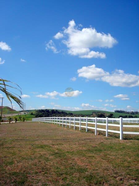 fazenda com cerca de madeira branca